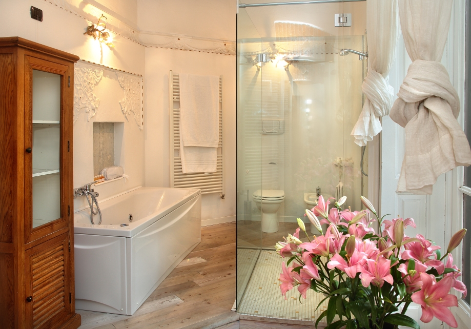Galleria Arnaboldi - suite Capriccio - bathroom - shower and bath tub